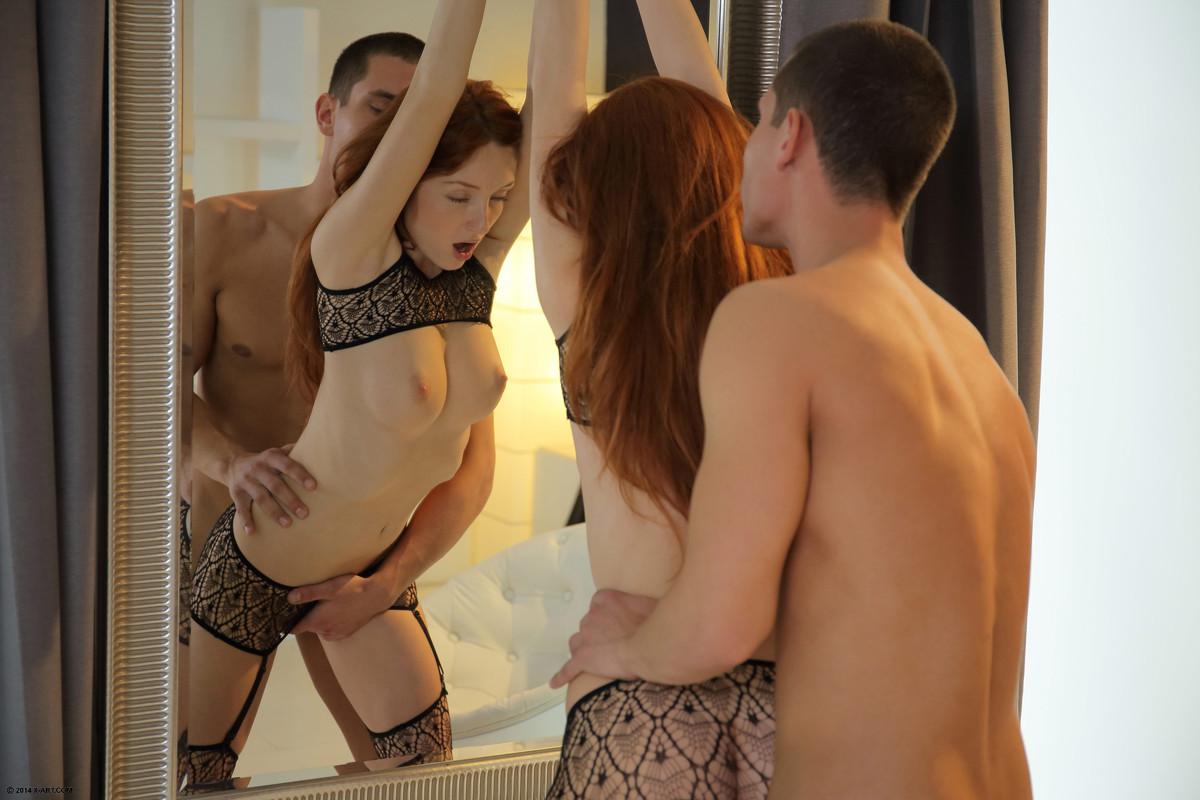 секс около зеркала